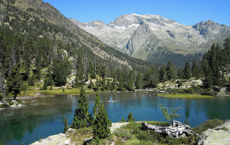 """""""Ibón de Escarpinosa"""" beckons you to follow a hiking path leading to these Aragonese Pyrenees glacier lakes."""