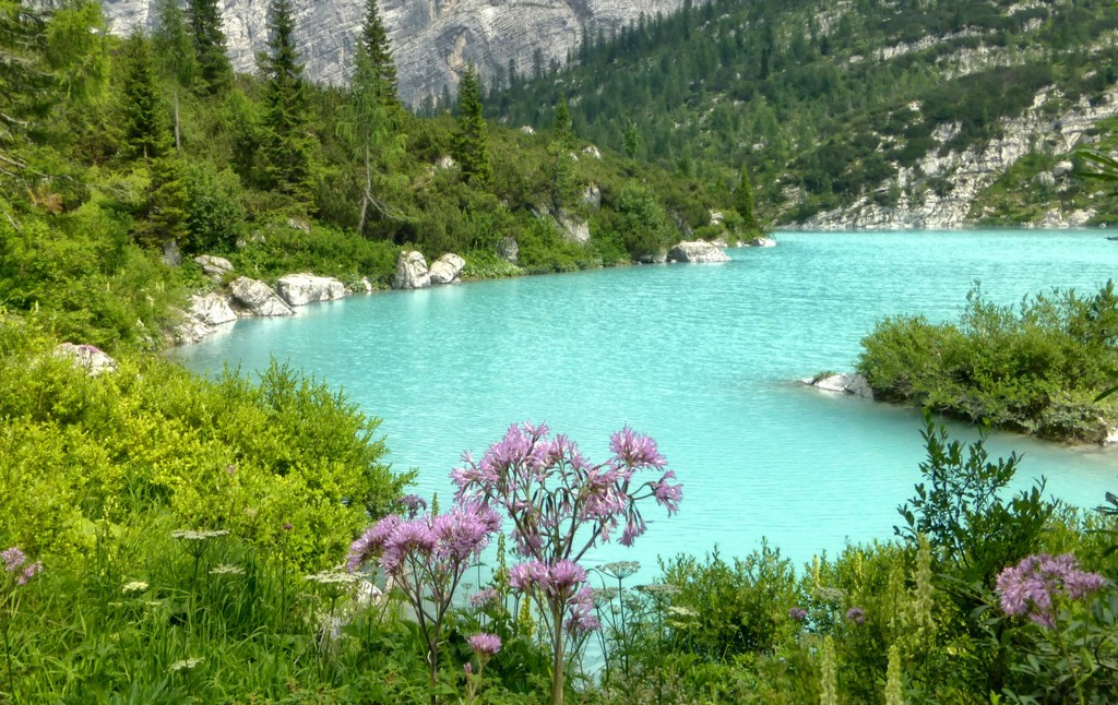 Lake Sorapis with its characteristic blue color, worthy of being on a postcard from the Dolomites.
