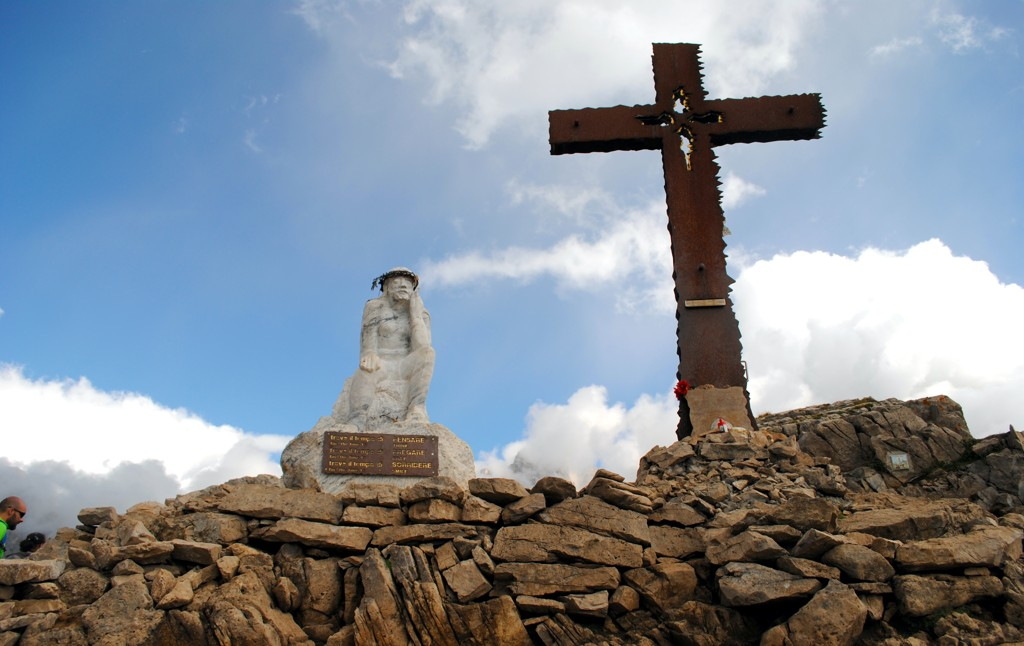 The Thinking Christ statue, standing at 1.8 meters tall, was placed on Monte Castellazzo in 2009.