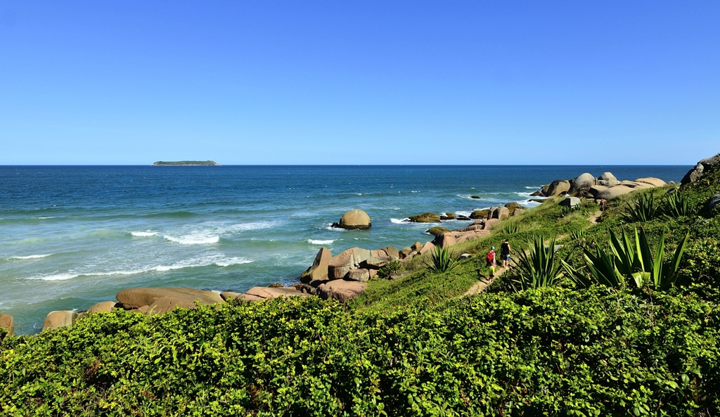 The Florianópolis Coast, with large rocks and vegetation in front of the sea.